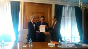 Entrega por parte de Federico Martínez (Applus- GAI) de la verificación del Alcance 3 a los directores de las Escueleas de Montes y Forestales D. José Vicente y D. Germán Glaría.
